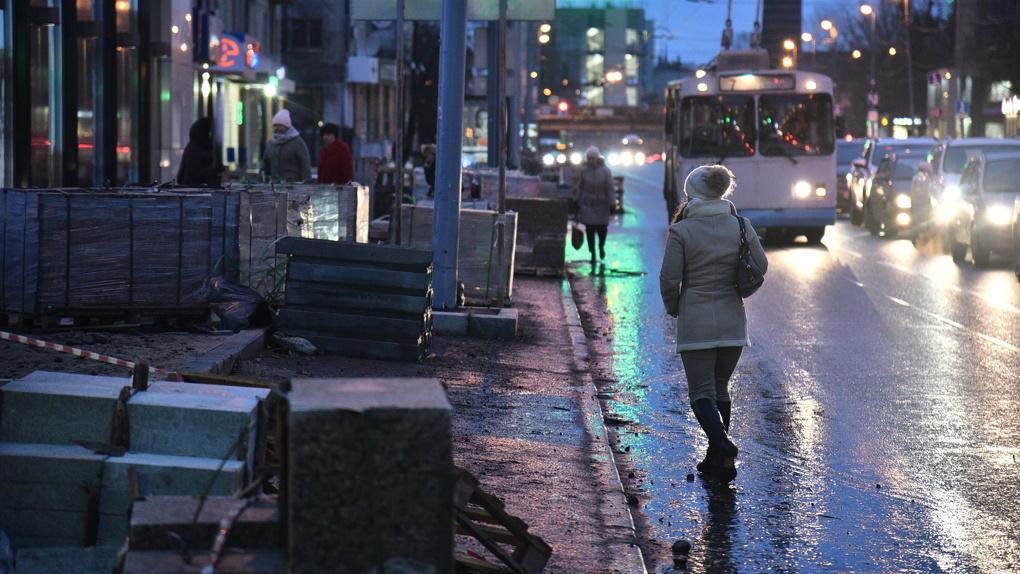 Обещания мэрии и суровая реальность. Тротуары в центре будут ремонтировать в дождь и снег еще месяц