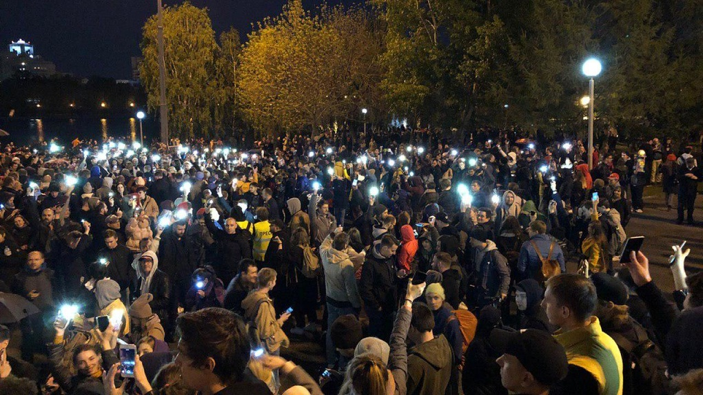 Одна реплика Владимира Путина — и протест превратился в праздник. Онлайн-репортаж из сквера на Драме