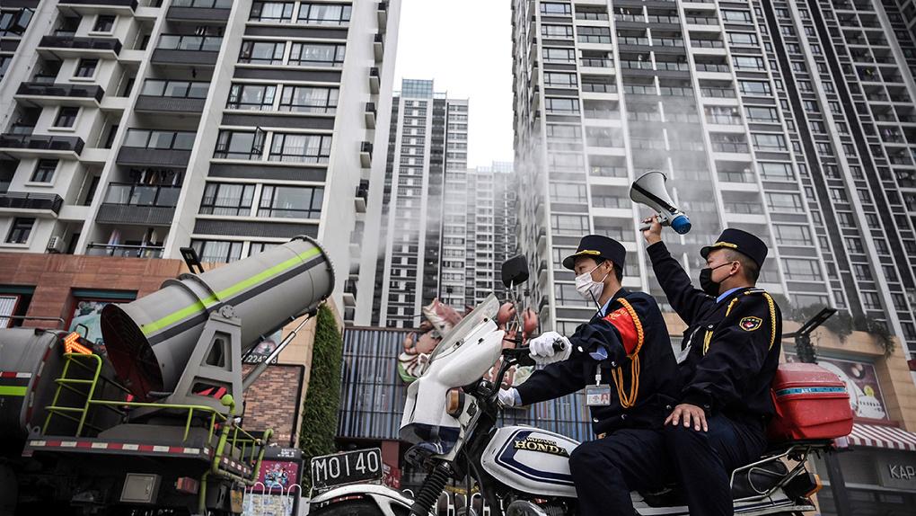 Как Китай борется с эпидемией коронавируса, переоборудуя стадионы в госпитали и дезинфицируя улицы. Фото