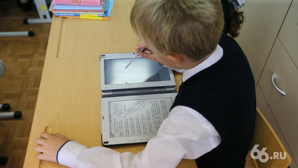 Неудачному стартапу Чубайса — 10 лет. Почему школы России так и не перешли на электронные наноучебники