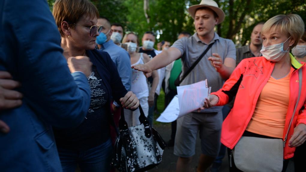 Сотня человек вышла в парк у Дворца молодежи, чтобы остановить вырубку деревьев