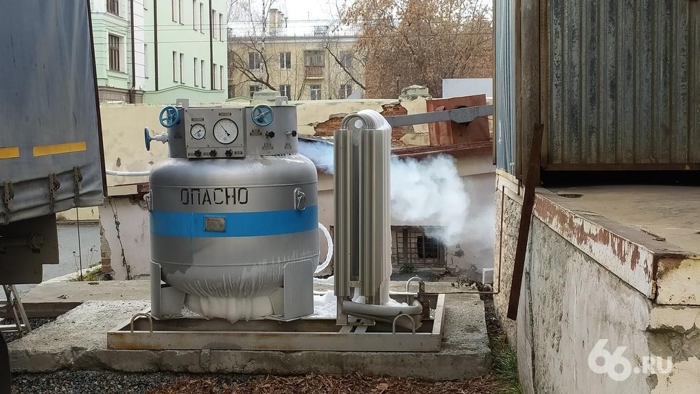 У тубдиспансера на Чапаева стоит кислородная емкость без ограждения. Это вообще безопасно?