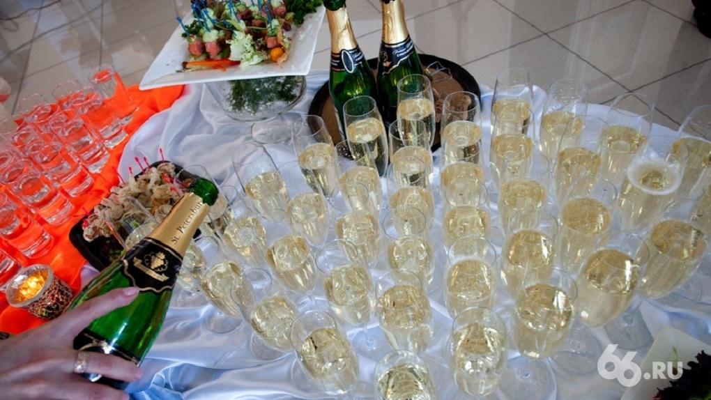 Рестораны продают пригласительные на Новый год, несмотря на запрет губернатора работать после 23:00