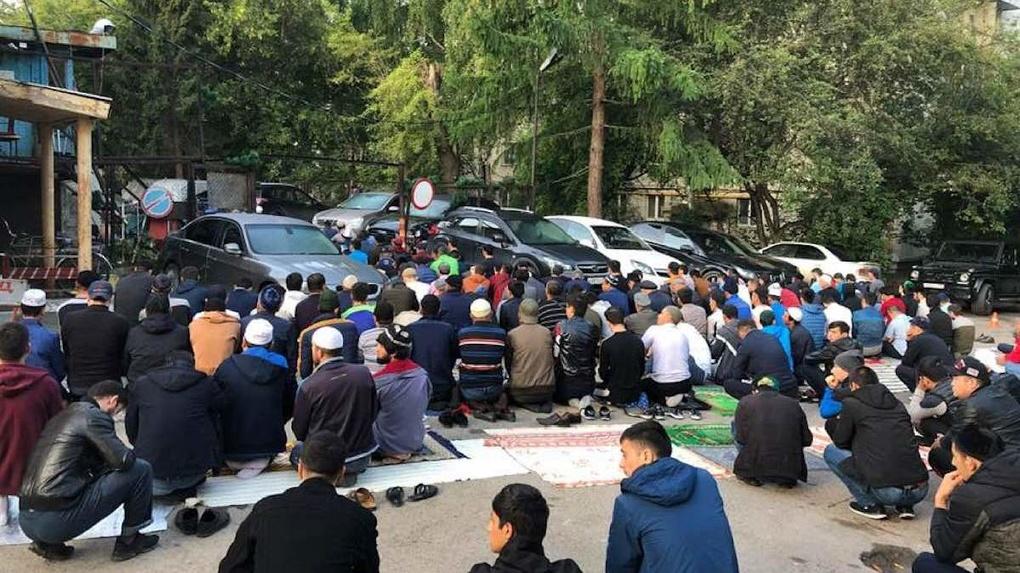 Мусульмане Екатеринбурга отмечают Курбан-байрам. В молельных домах мест на всех не хватает
