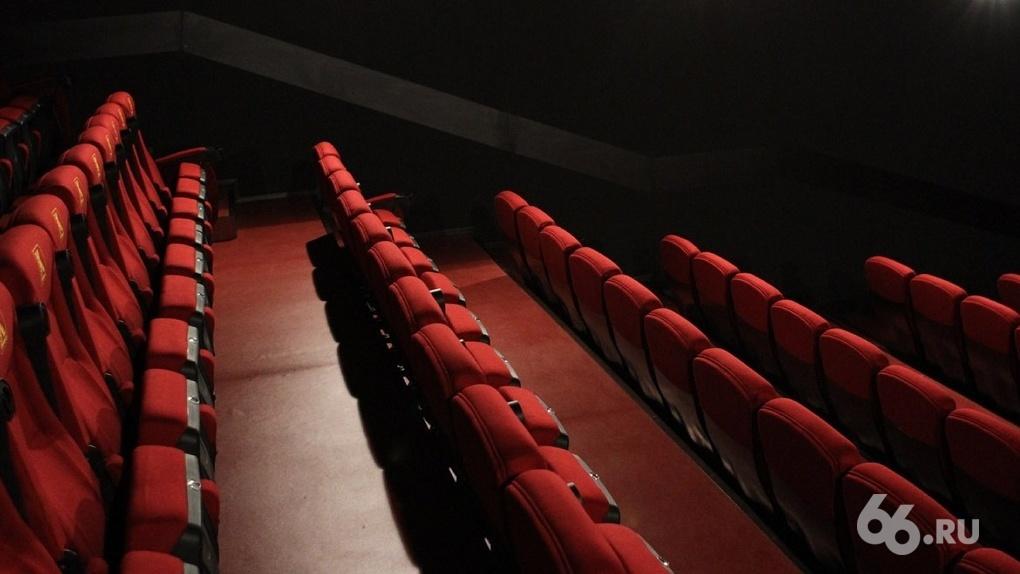 «Кто-то говорит, что все решено». Новое руководство кинотеатра «Салют» увольняет сотрудников