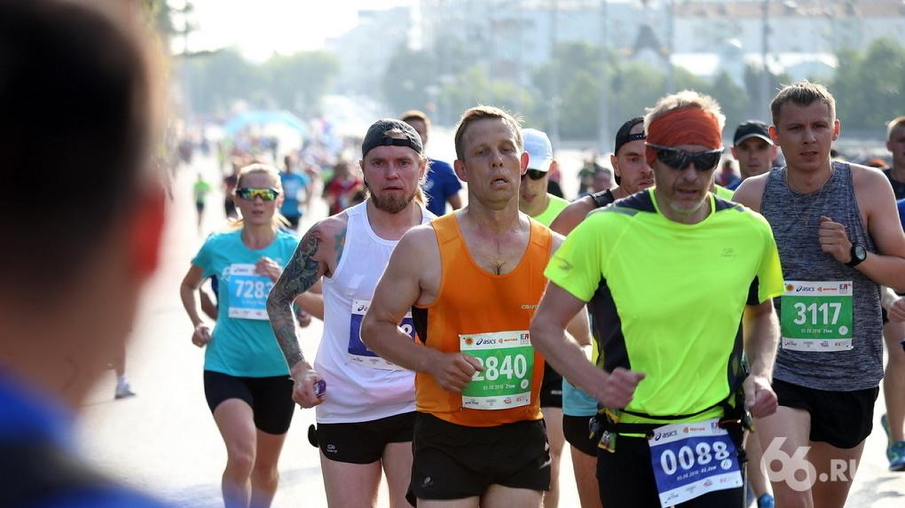 Финиш марафона рядом со стадионом превращает Екатеринбург в унылый провинциальный город. Колонка бегуна