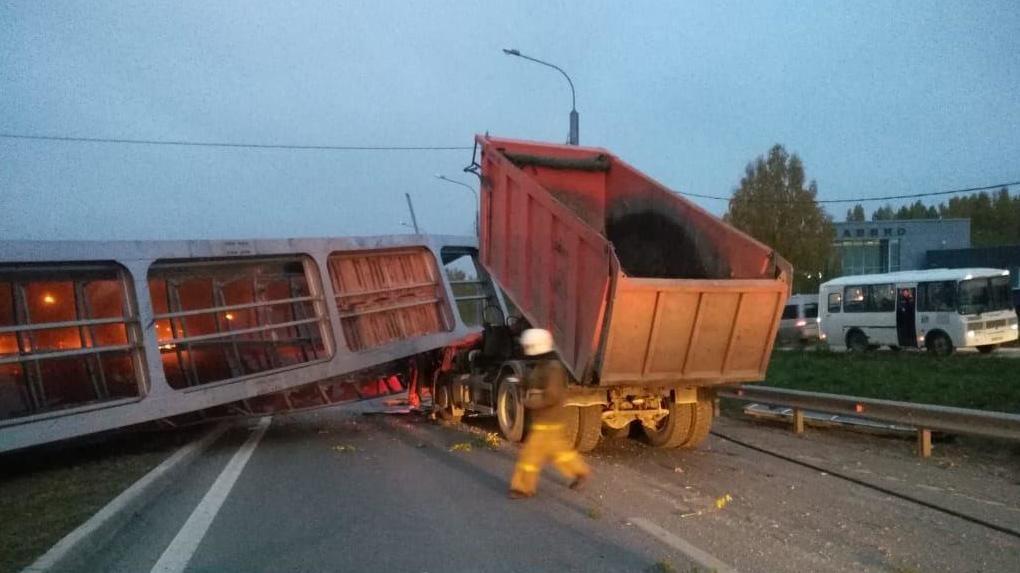 На въезде в Екатеринбург упал пешеходный мост. Погиб человек