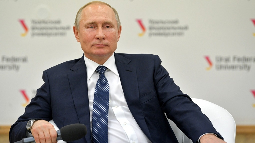 После встречи со студентами УрФУ Владимир Путин написал список из шести поручений