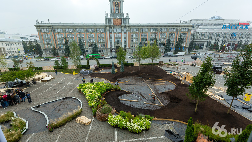 На площади 1905 года — своя «Атмосфера». Как превращают в цветущий сад главную городскую парковку