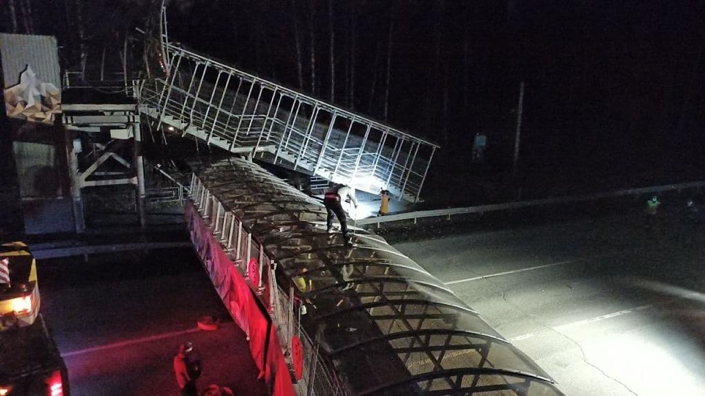 На ЕКАД упал пешеходный мост и перекрыл движение. Фото