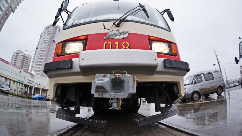 В Екатеринбурге встали трамваи из-за попавшего под вагон мужчины. Фото