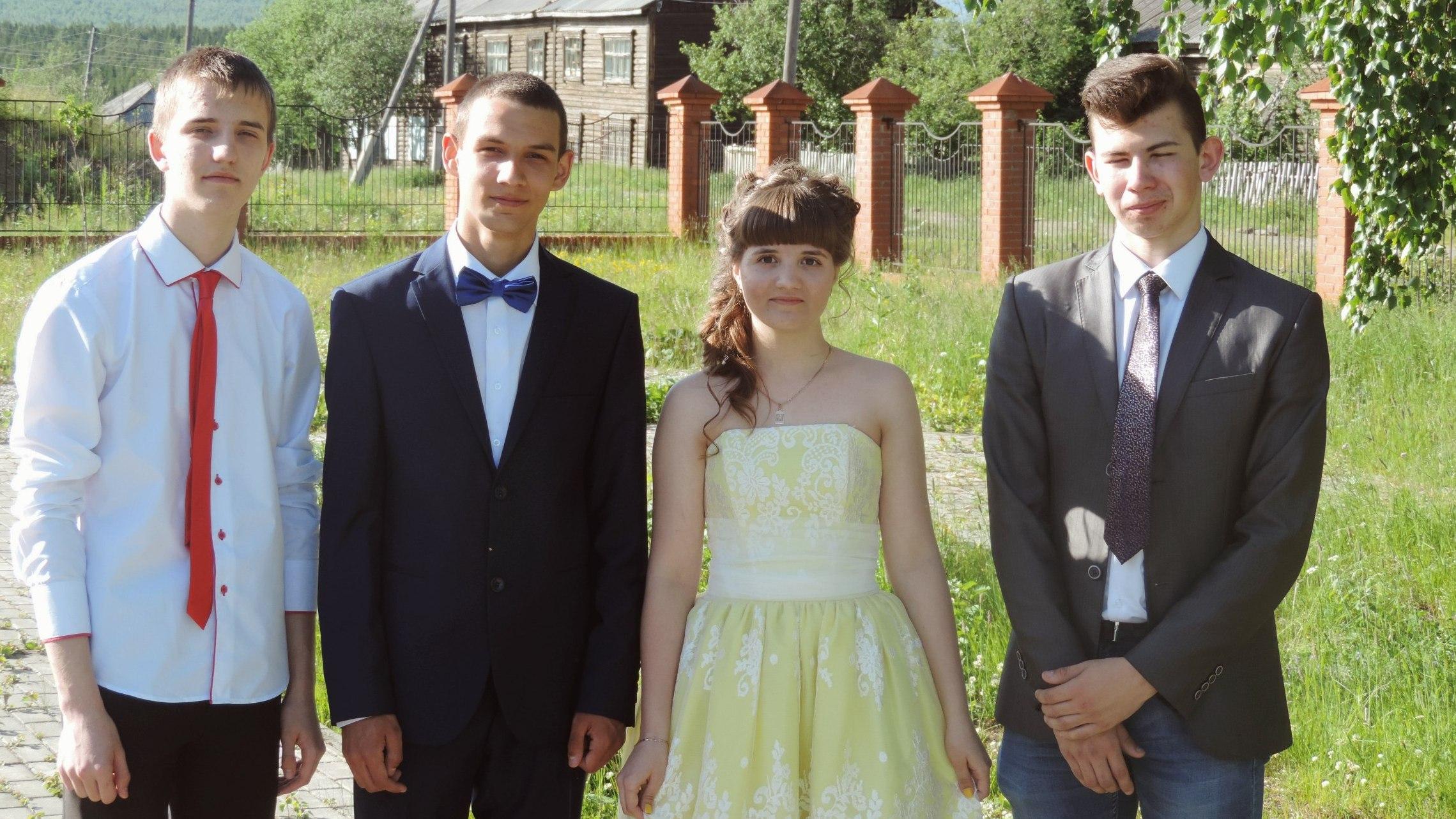 Иван Ургант запустил флешмоб в поддержку единственной выпускницы уральской школы. ФОТО участников