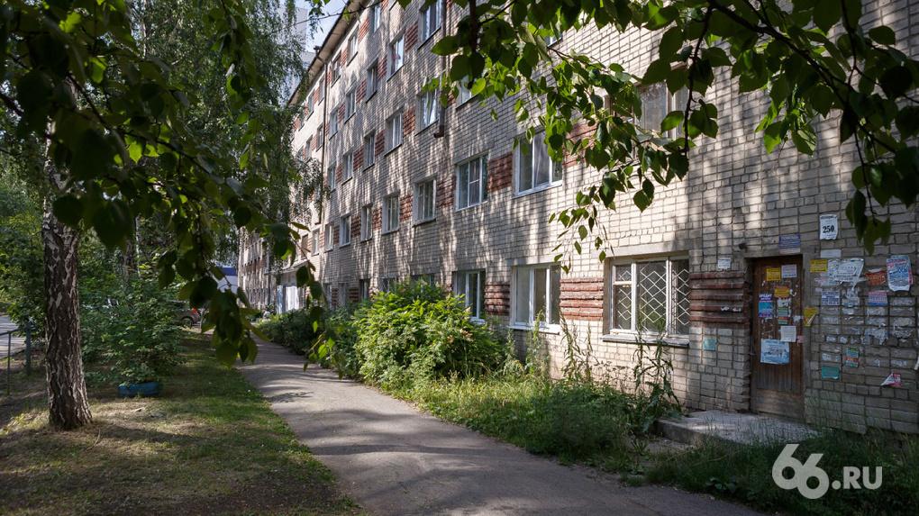 В Екатеринбурге колледжу отдали заселенное людьми общежитие. Они могут лишиться единственного жилья