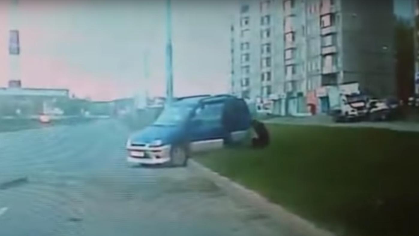 Сын до смерти забил отца после безумной езды по газону. Видео