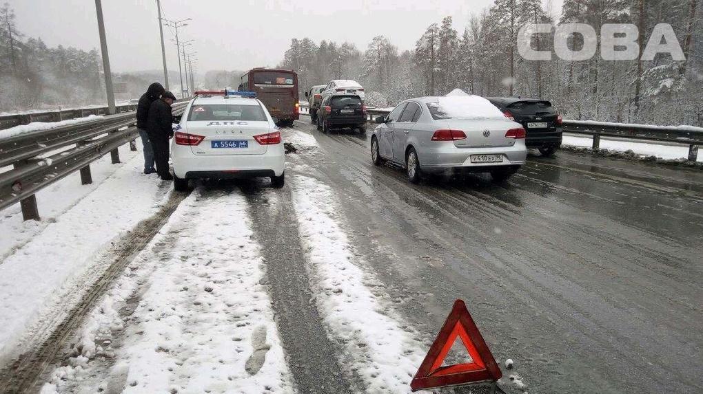 На Московском тракте из-за снегопада массово бьются легковушки и автобусы. Фото