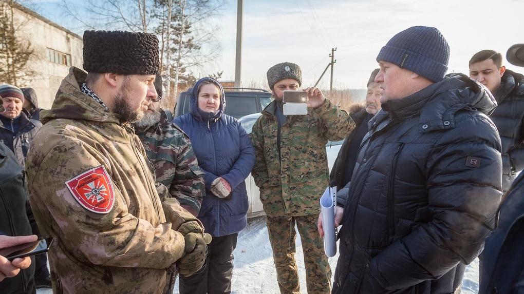 Казаки с Донбасса охраняют навозные кучи под Екатеринбургом, которые травят местных жителей