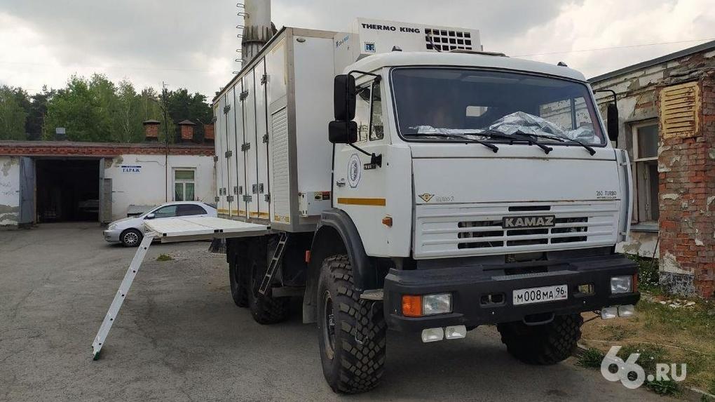 К «коронавирусной» ЦГКБ №24 приехал мобильный рефрижератор для трупов. Говорят, в морге закончились места