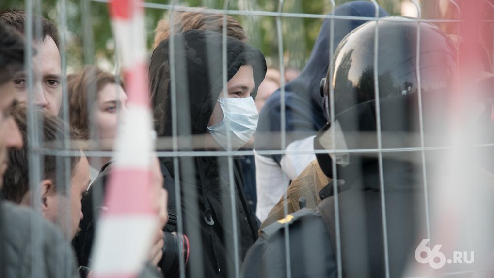 Как объясняют причины майских протестов в сквере у Драмтеатра из Москвы. Две версии