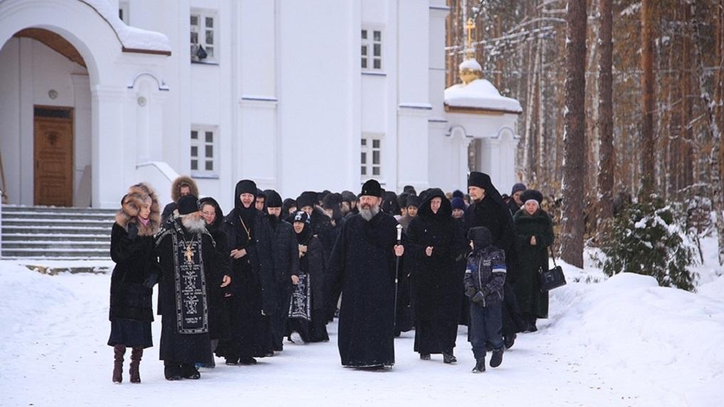 Вооруженные приставы приехали в монастырь Сергия, чтобы вернуть землю и здания епархии