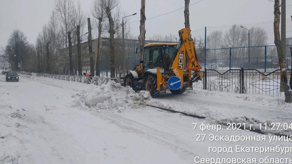 На уборку Екатеринбурга от снега вышли пять волонтеров и сотни дворников