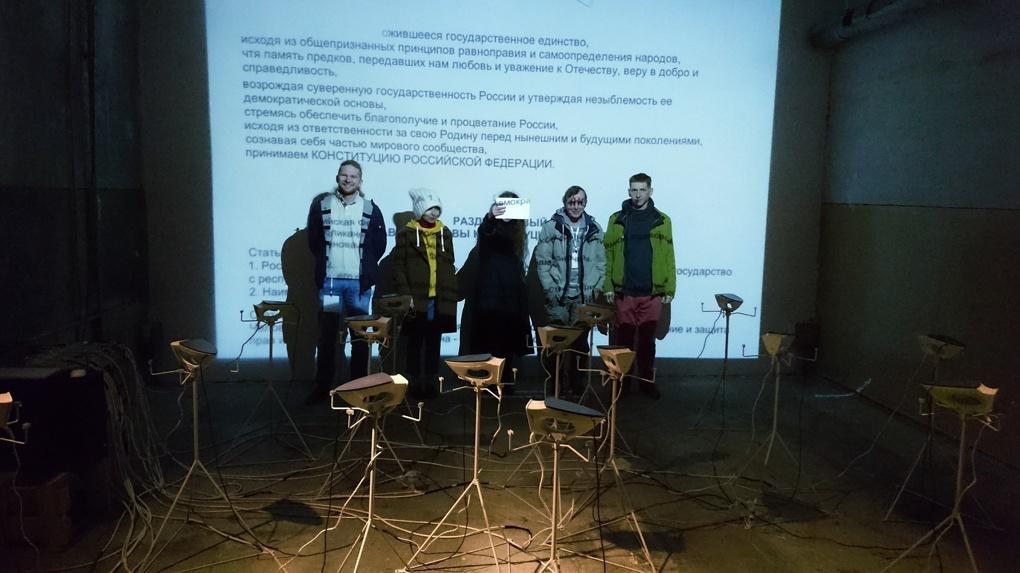 Сто литров Конституции РФ. Что нужно знать о главном арт-объекте Уральской биеннале