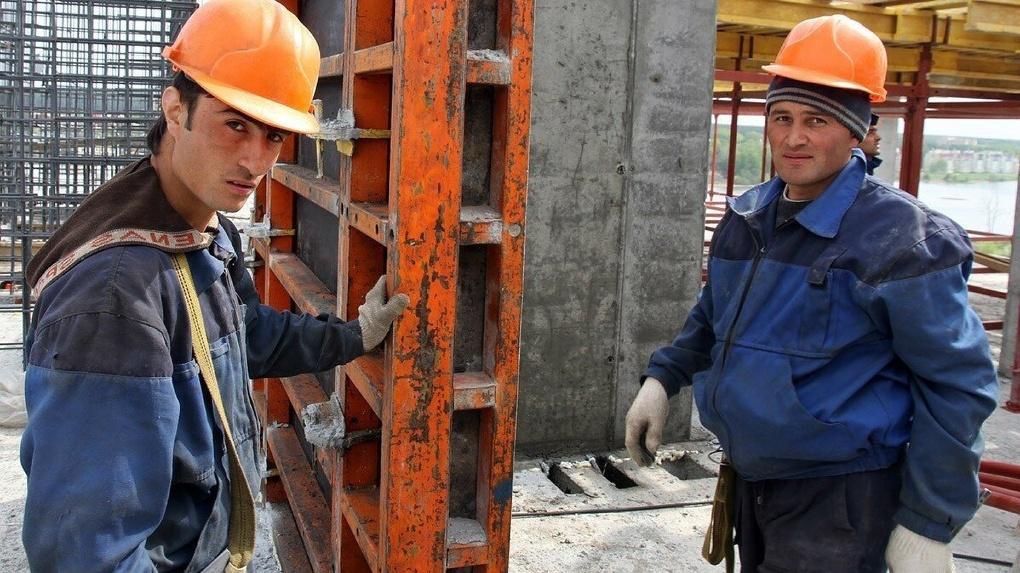 «Через полгода кадров будет мало». Мигрантов на стройках заменят рабочие из городов-спутников