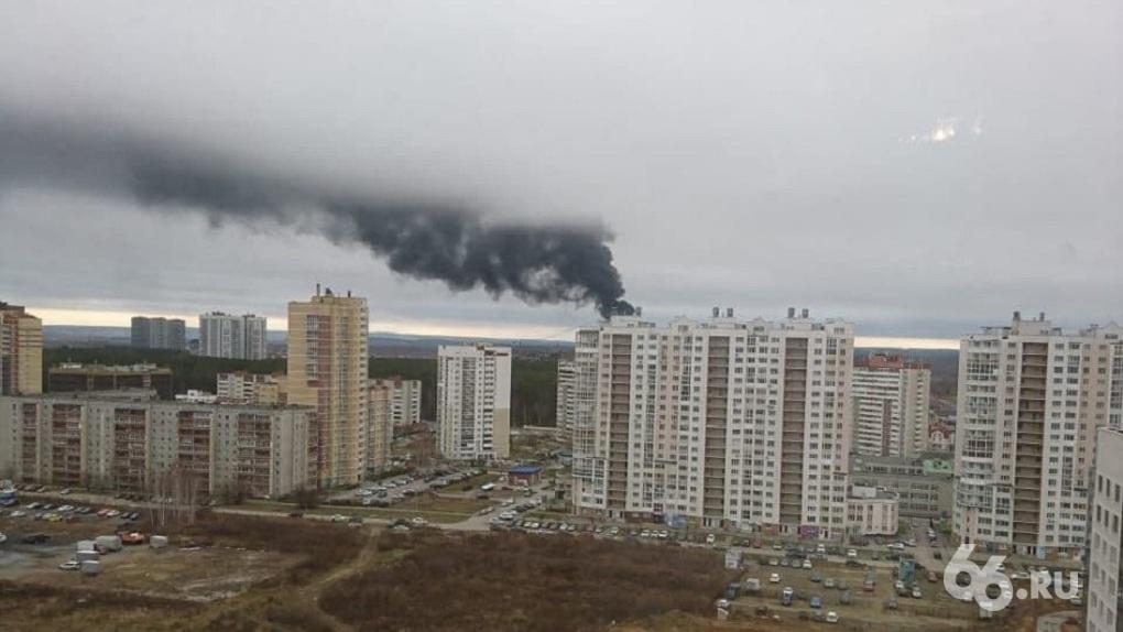 В Академическом загорелась строящаяся школа. Фото, видео