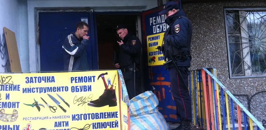 От имени «друзей-полицейских» сотрудники УК разнесли в щепки мастерскую в жилом доме на Уралмаше