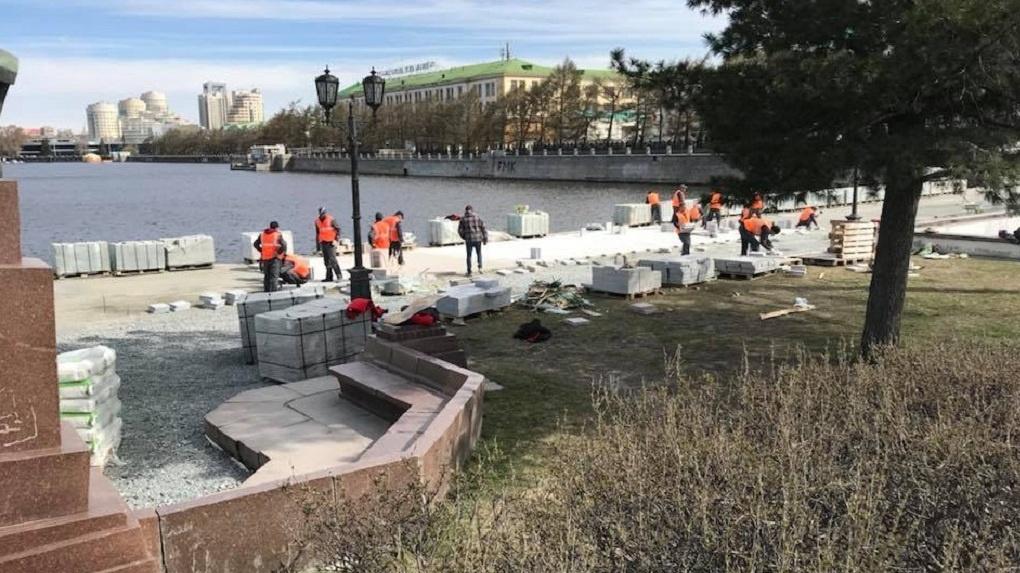 На Плотинке укладывают новую гранитную плитку. Куда дели старую и зачем вообще ее менять?