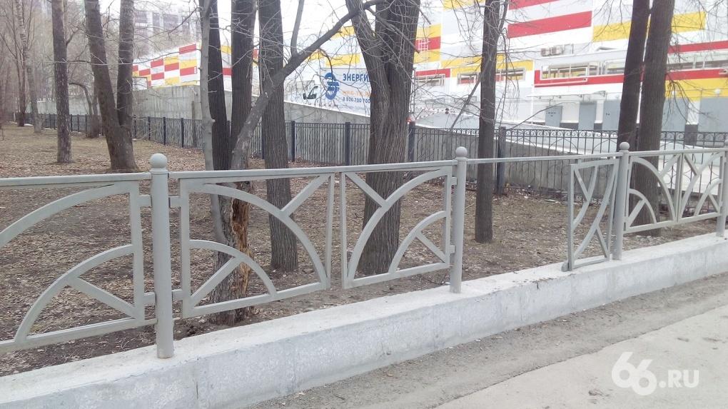 Алексей Орлов поручил убрать с улиц ненужные «заборы-трусы». Но они простоят на месте еще минимум год
