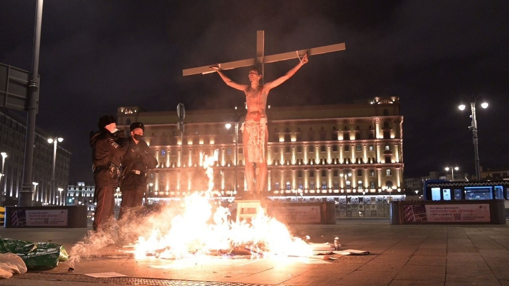 У здания ФСБ на Лубянке подожгли крест с активистом в образе Христа. Фото