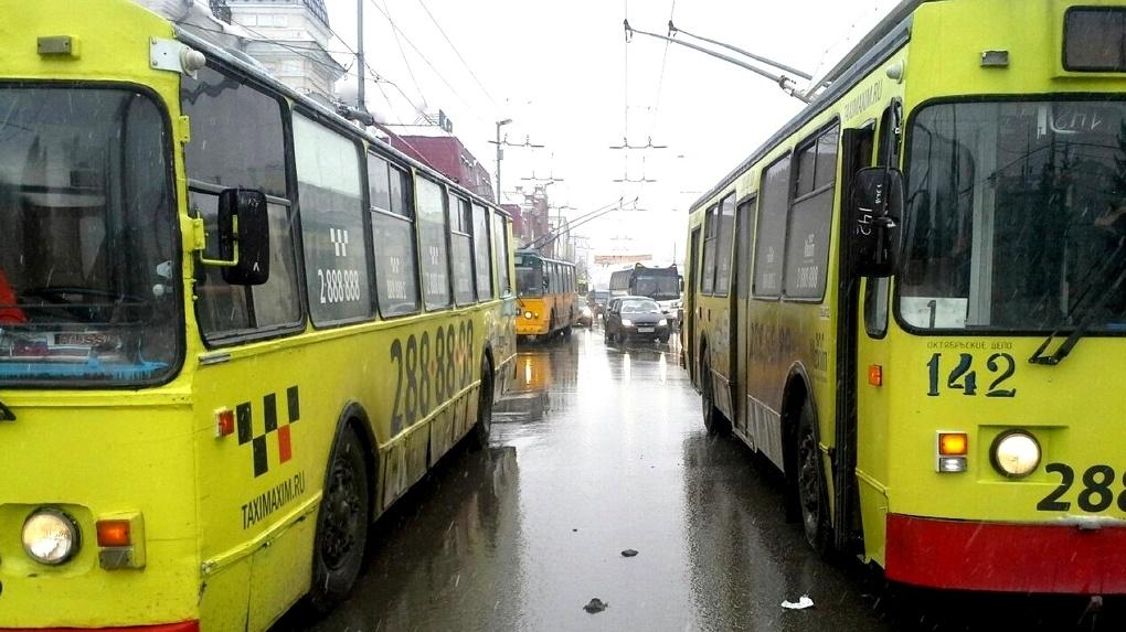 Мэр и депутаты поздравили горожан с Новым годом через автоинформаторы в троллейбусах