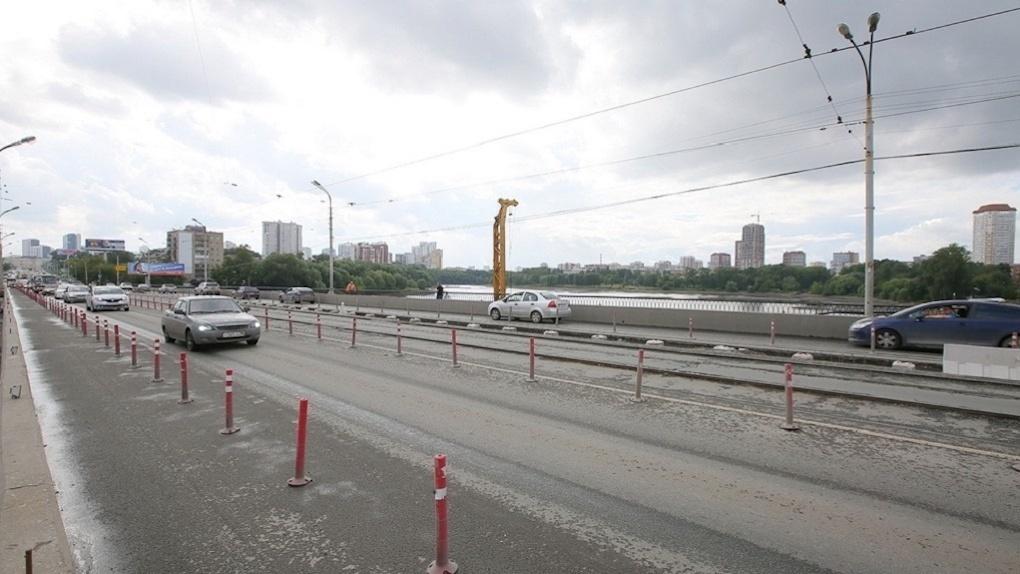 «Вы не держите своих слов». Прохожий наорал на вице-мэра из-за ремонта Макаровского моста