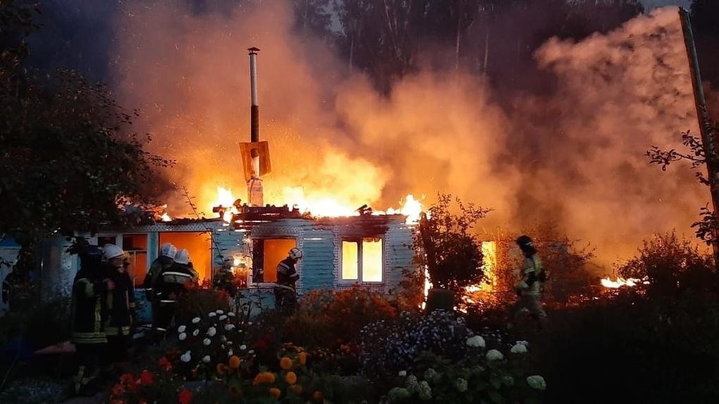 В Екатеринбурге всю ночь горели сады, погиб ребенок. Фото страшного пожара