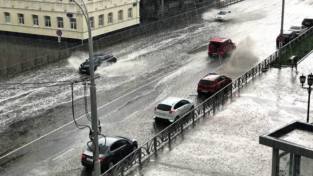 На Екатеринбург налетели сильный ветер, ливень и град. Последствия непогоды