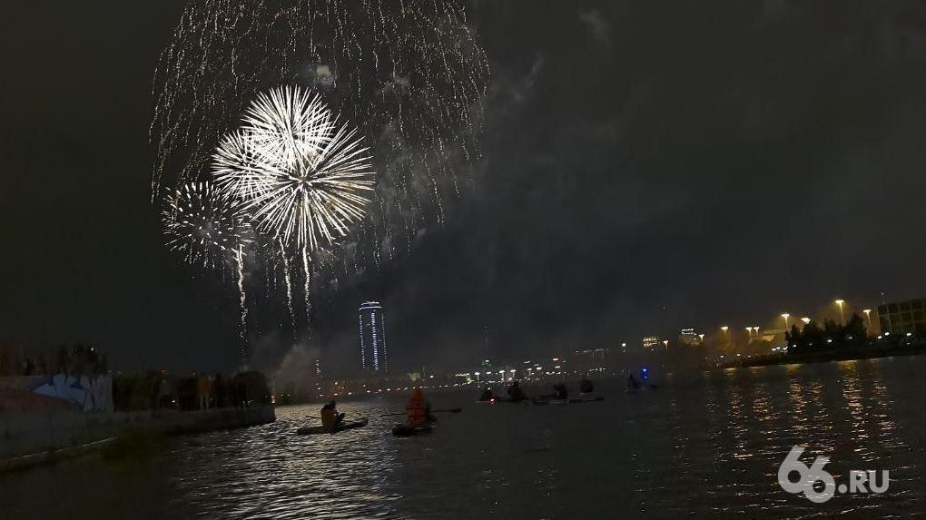 Самый внезапный ракурс: фото и видео салюта в День города с акватории Исети