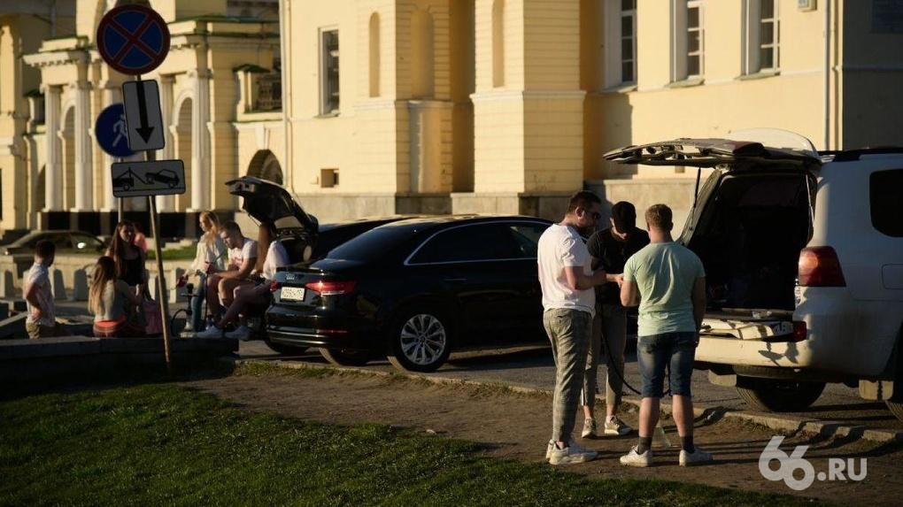 Кальянщики игнорируют режим самоизоляции и каждый вечер собираются на Вознесенской горке. Фото