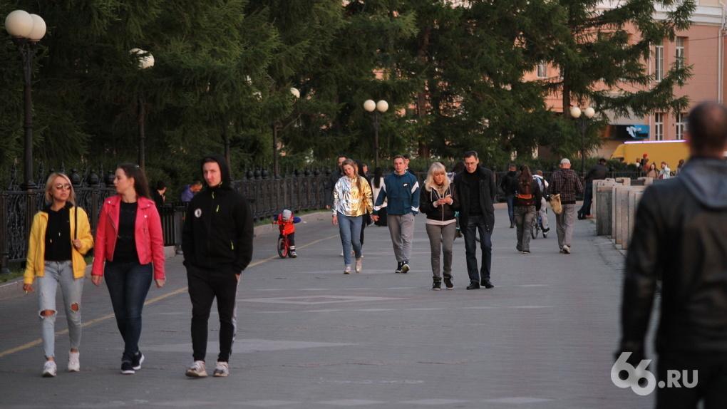 Пока в центре репетируют парад, на который могут никого не пустить из-за COVID, вокруг гуляют толпы людей