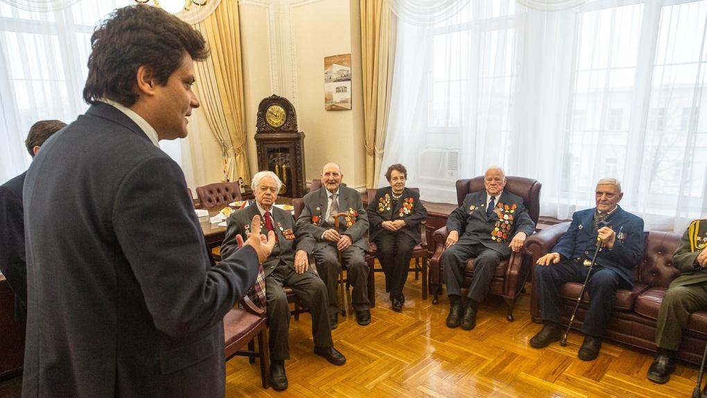 Мэр Высокинский лишил ветеранов подарков якобы из-за коронавируса. В других городах таких проблем нет