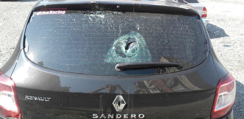 На Сортировке пьяный хулиган закидал камнями Renault Sandero. Видео