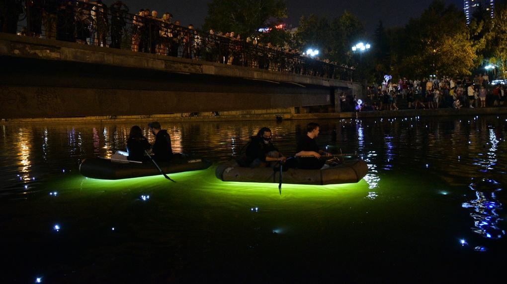 Уличные художники превратили акваторию городского пруда в Млечный Путь. Фоторепортаж