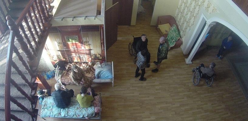 «Может, вообще закроемся». Скандальный «Дом старчества» выселяют из коттеджа в цыганском поселке
