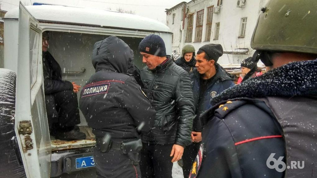 Салаты для супермаркетов города готовят в грязных ваннах на окраине Эльмаша. Расследование 66.RU