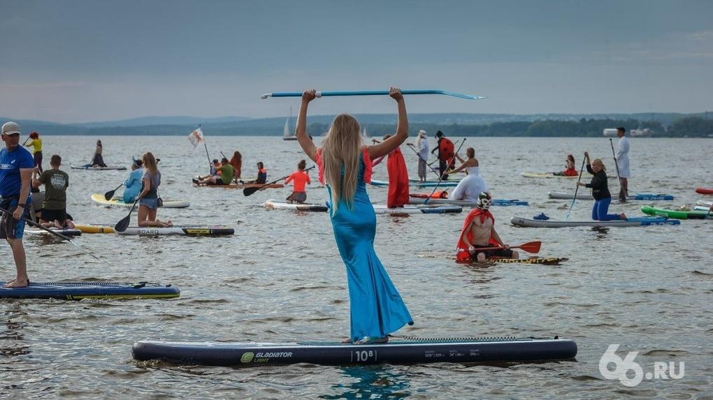 Сапсерферы проплыли в карнавальных костюмах по Верх-Исетскому пруду. Фоторепортаж
