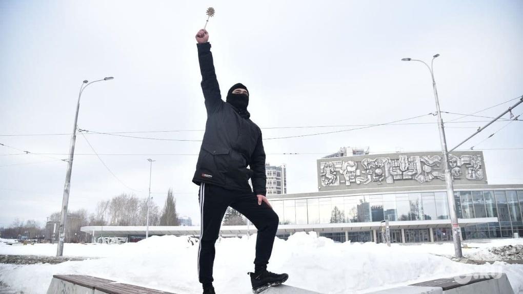 Суд обязал вернуть задержанному участнику шествия за Навального ершик, швабру и трусы