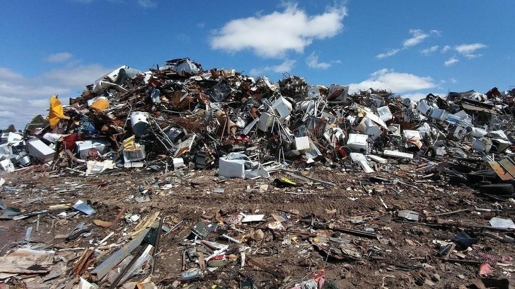 Спецавтобаза назвала главных должников по вывозу мусора. В списке – торговые центры и почта