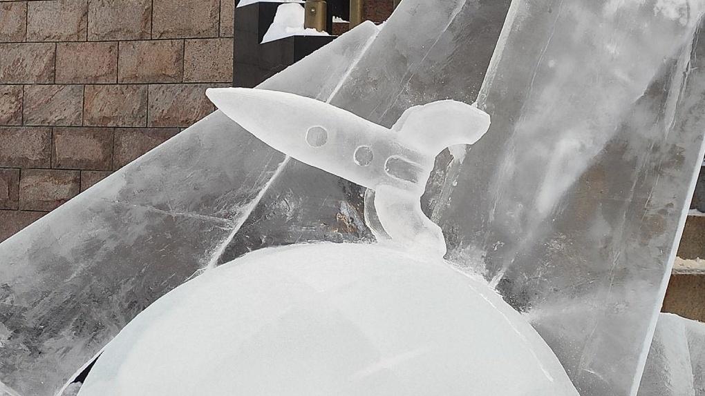Ракета, летящая в космос с Божьей помощью, проиграла в рождественском конкурсе ледовых скульптур