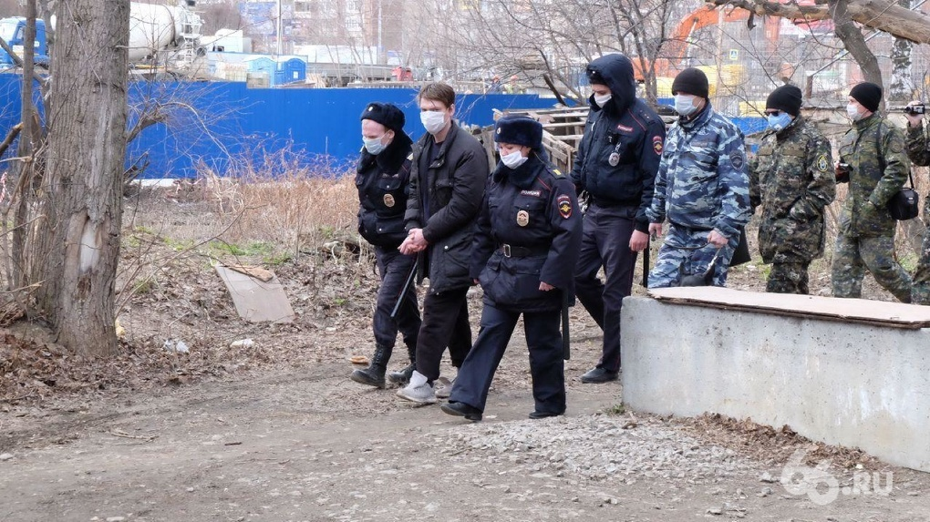 Подозреваемого в поджоге барака на Омской, где сгорели 8 человек, привезли на место преступления. Фото