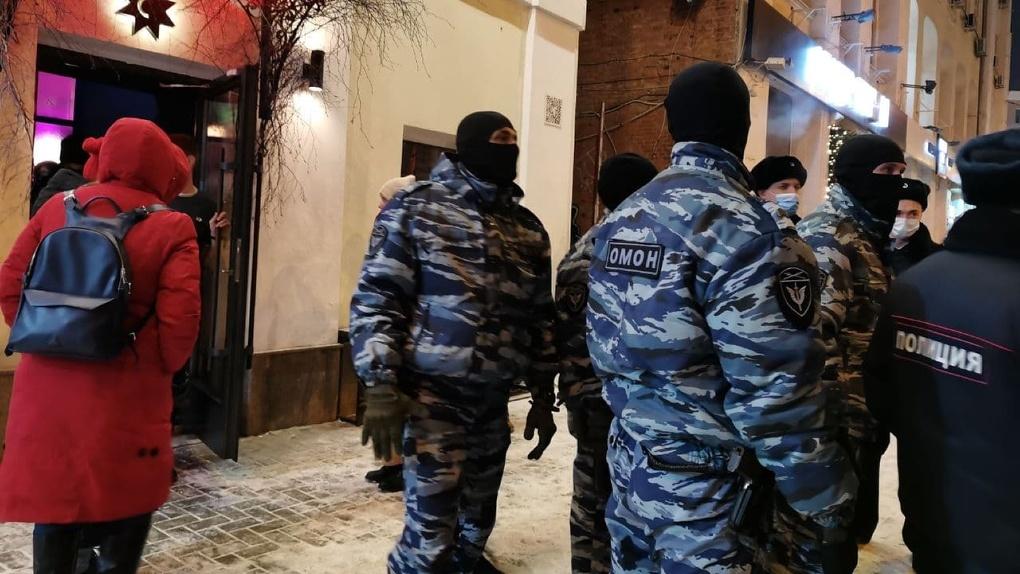 Полиция и Росгвардия выгоняют людей из клубов и кафе в центре города. Фото