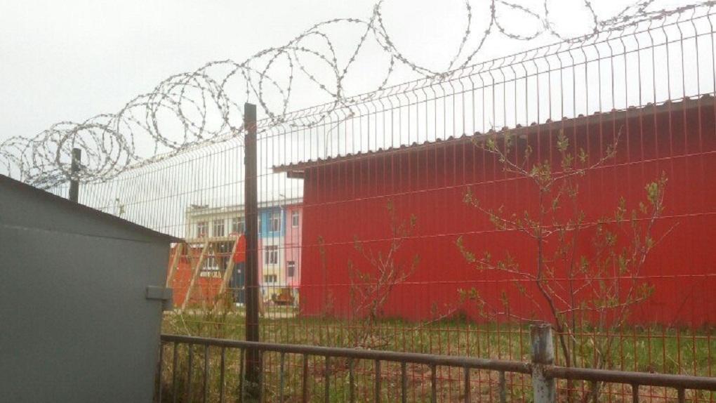 В Серове территорию детского сада обнесли колючей проволокой. Фото